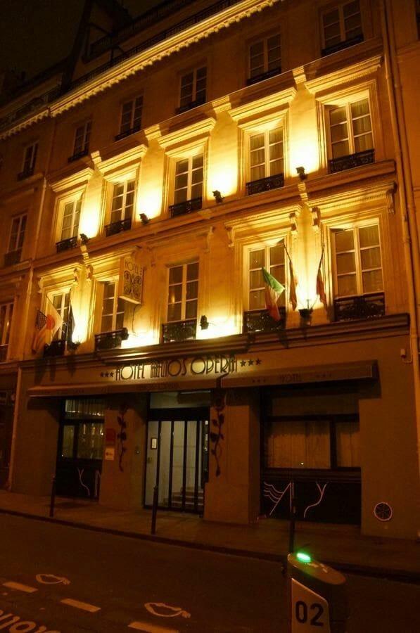 fachada de noche hotel Hélios Opera en París