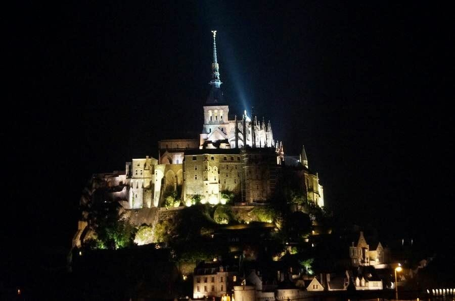 abadía del Mont Saint Michel de noche