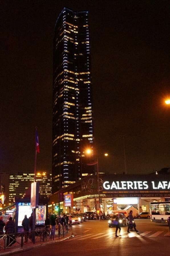 torre de Montparnasse de noche iluminada