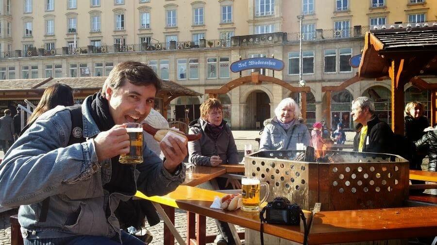 plaza Altmarkt cerveza y salchichas dresde