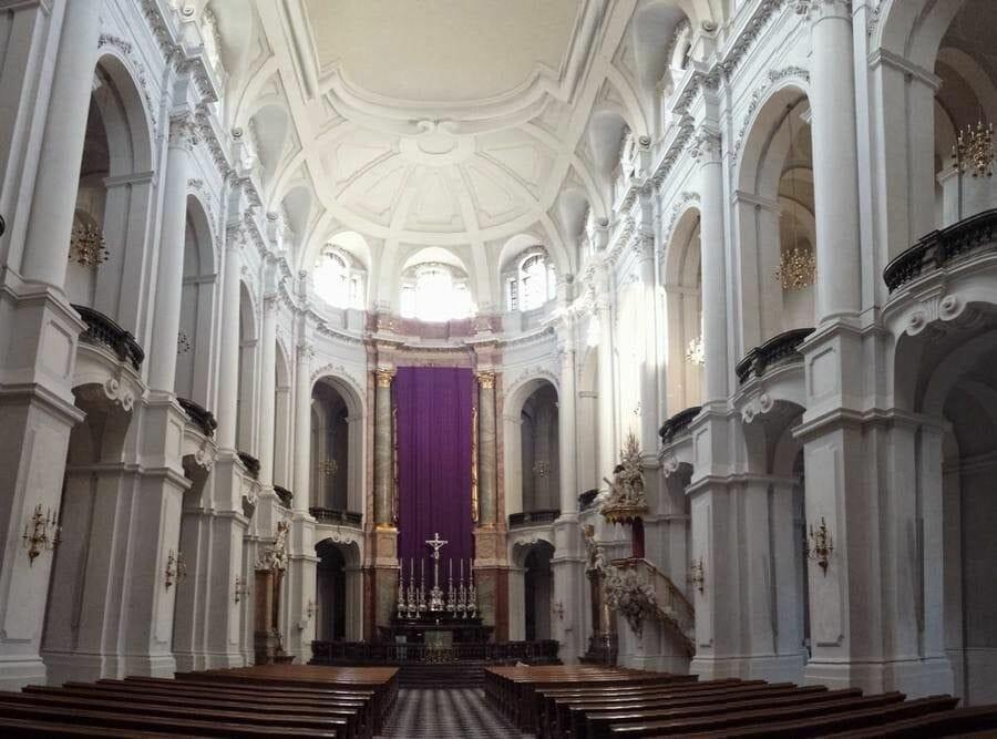 Katholische Hofkirche interior nave principal