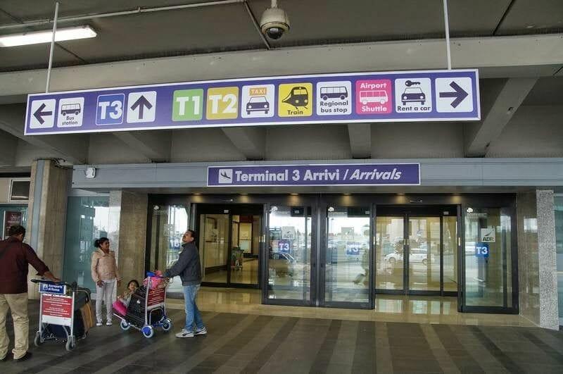 cartel con transportes para ir del aeropuerto Fiumicino a Roma