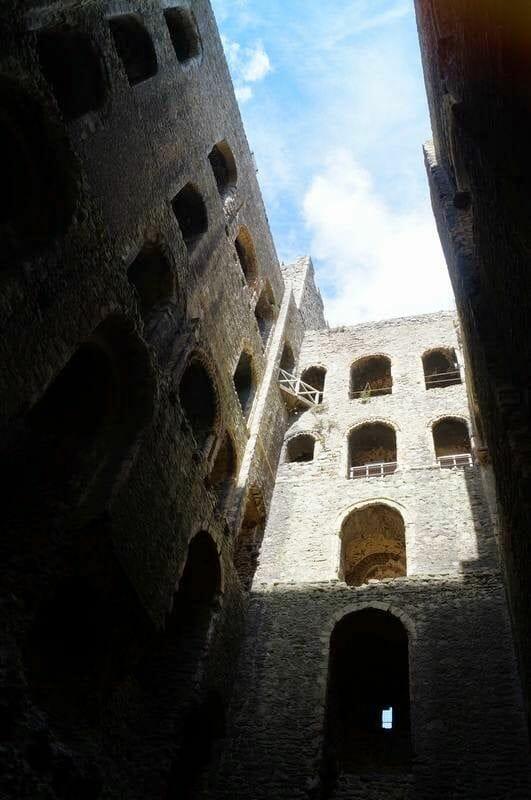 torre de rochester desde abajo interior