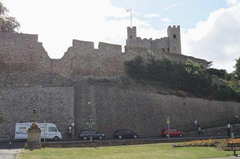 castillo de Rochester bajo murallas