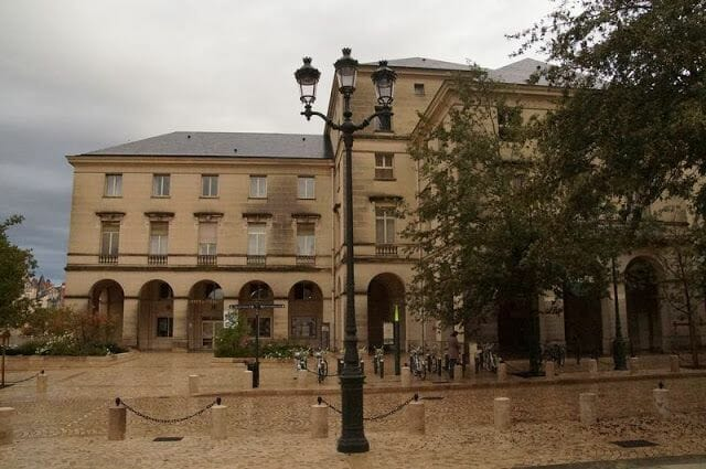 oficina de turismo de Orleans frente a la catedral