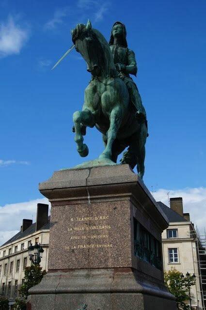estatua juana de arco en la plaza Martroi de Orleans