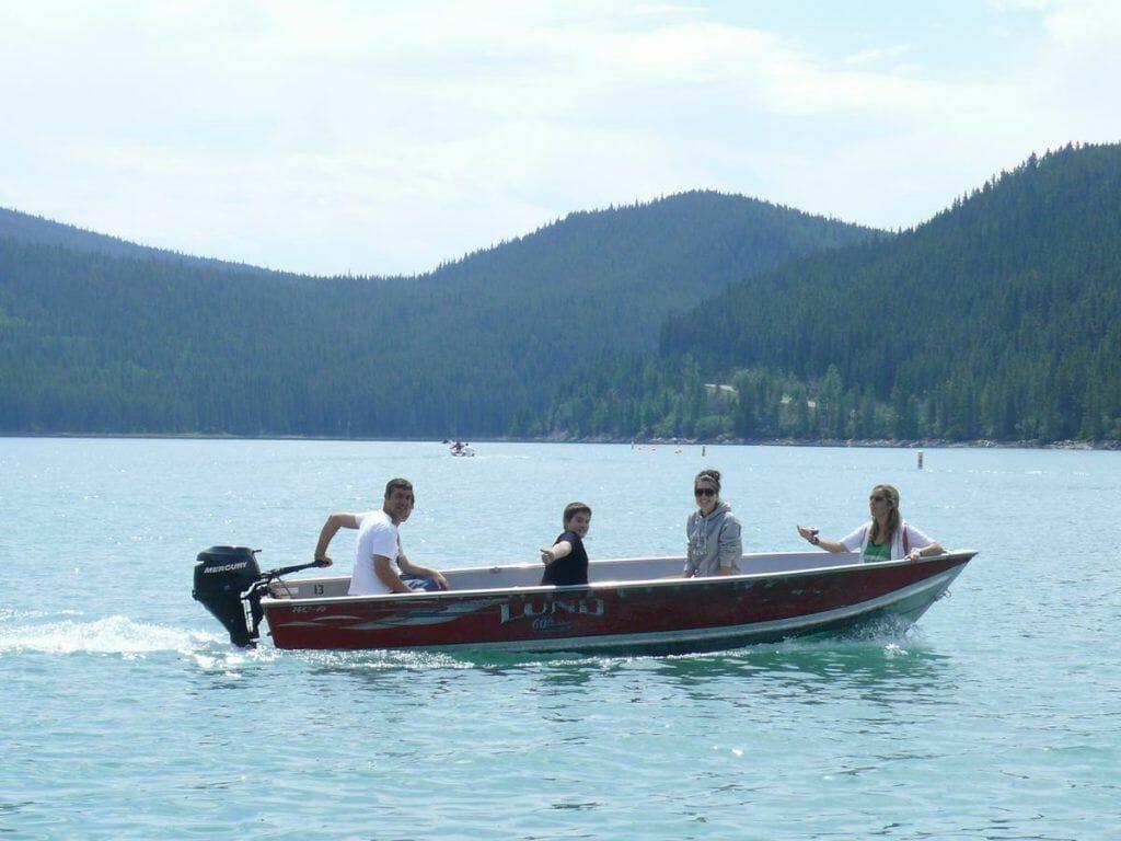 lago Minnewanka familia en barca