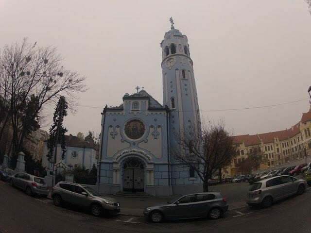 iglesia azul que visitar en Bratislava en un día