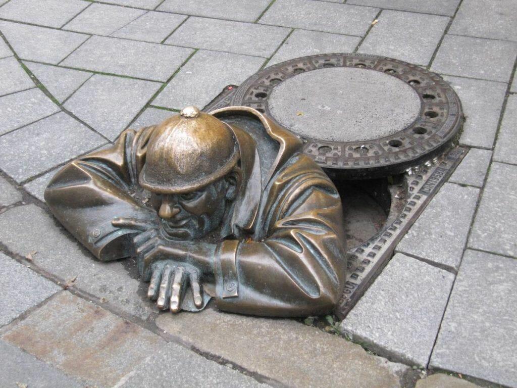 Čumil, estatuas bratislava, estatua alcantarilla de bratislava