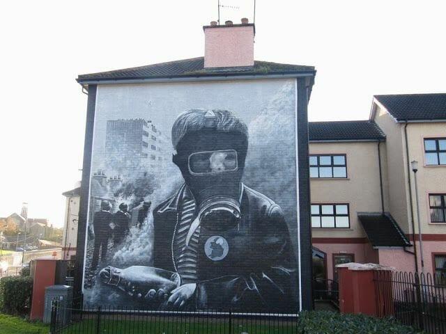 murales de Derry mascara gas y coctail molotov