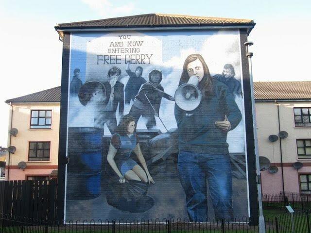 murales de Derry chica megafono