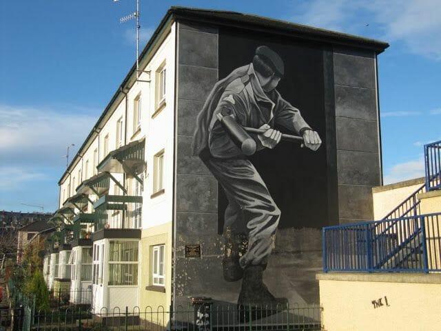 murales de Derry golpeando con maza