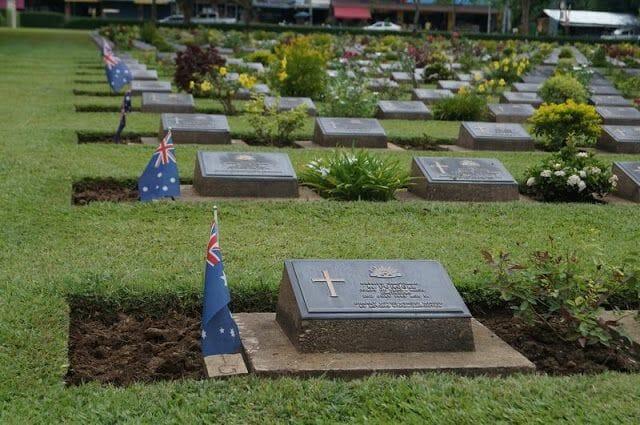banderas y lápidas cementerio de guerra de Kanchanaburi