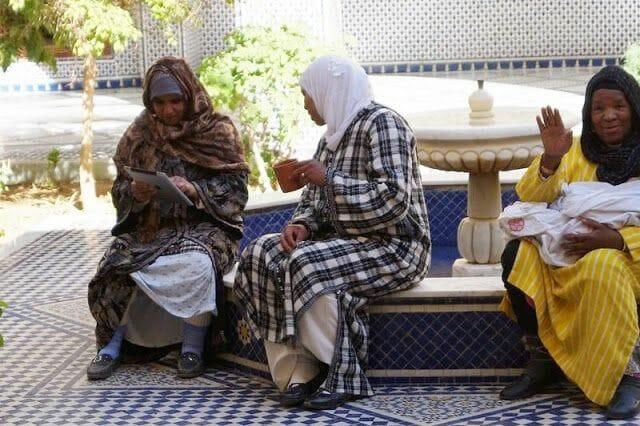 mujeres con Ipad dentro del mausoleo alauí