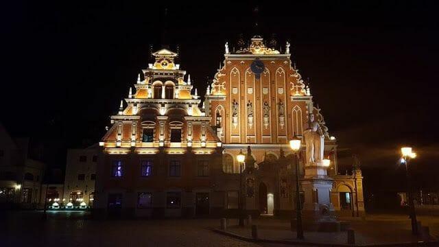 Plaza Rätslaukumssta o ayuntamiento de Riga de noche