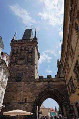 Torre del Puente de Malá Strana desde abajo