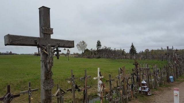 Visita a la Colina de las Cruces en Lituania - viaje a las capitales bálticas