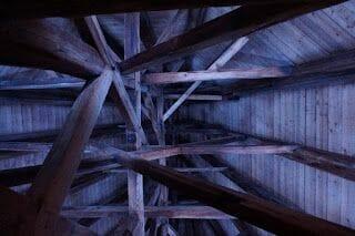 Interior del techo de madera de la torre
