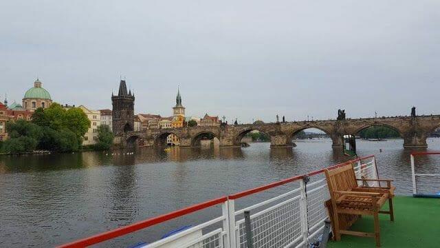 puente de san carlos desde el río moldava Praga