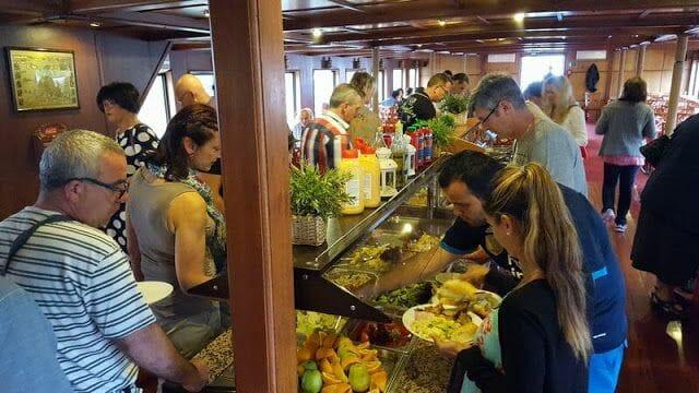 Paseo en barco en Praga con comida