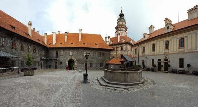 plaza de la entrada del castillo o Rejdiště