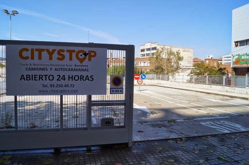 entrada del parking de autocaravanas de Barcelona