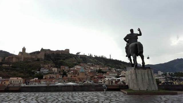 estatua ecuestre del Rey Gorgasali frente a Narikala