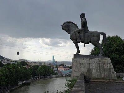 estatua ecuestre del Rey Gorgasali de lado
