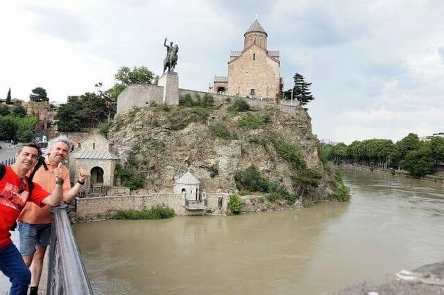 estatua ecuestre del Rey Gorgasali y río Kurá