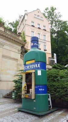 botella de Becherovka