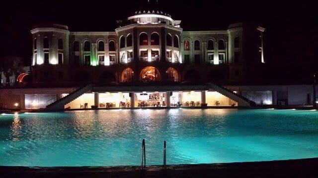 Latar Hotel Complex de noche