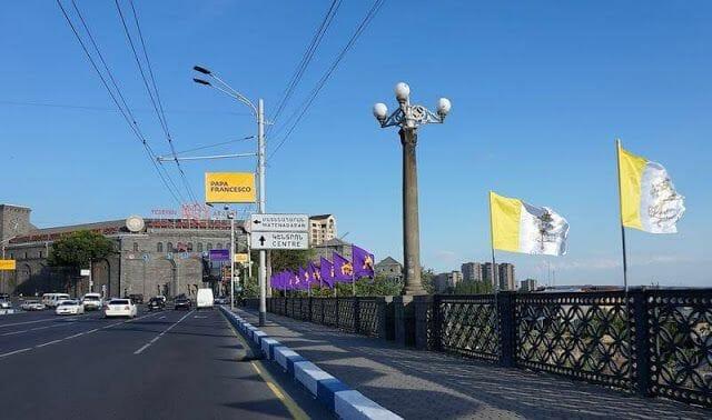 banderitas del Vaticano y de la iglesia armenia