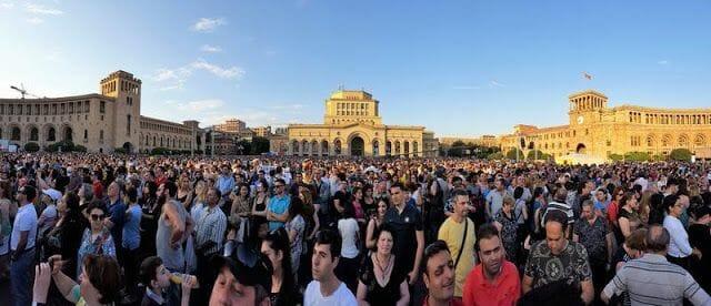 plaza republica erevan con Papa