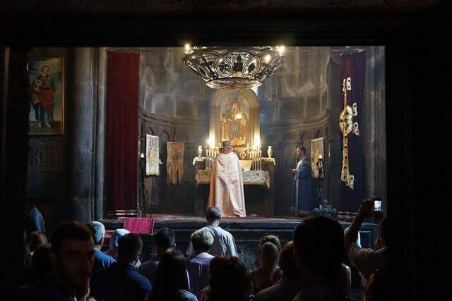 misa en el monasterio geghard
