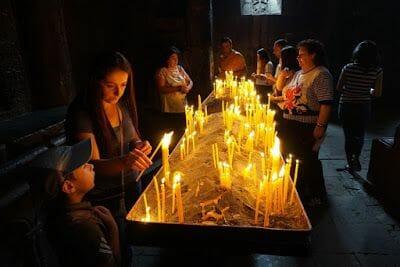 velas monasterio geghard