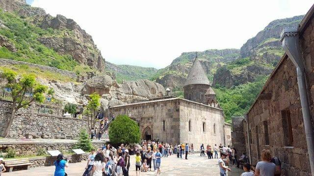 domingo en el monasterio geghard