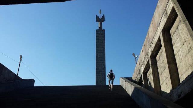 escaleras hacia el OBELISCO A LOS CAÍDOS