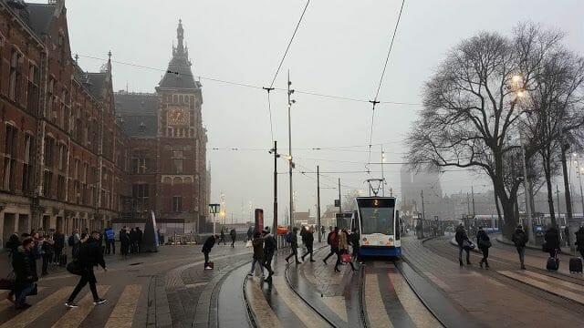 Paradas de tranvía en la estación central de Ámsterdam