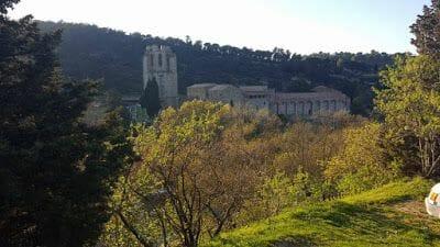 abadia lagrasse desde el bosque