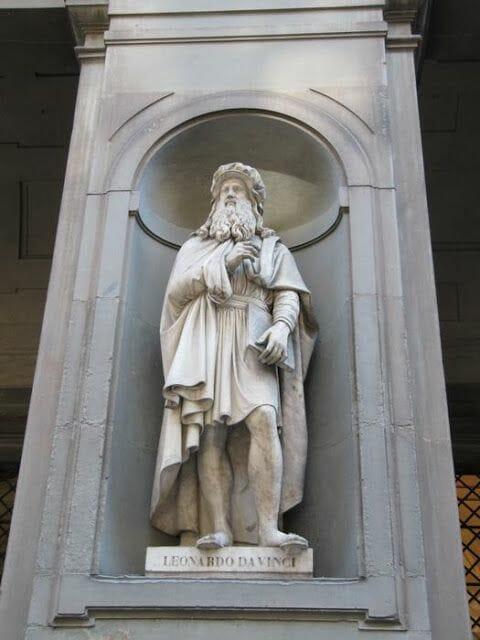 estatua leonardo da vinci en uffizi