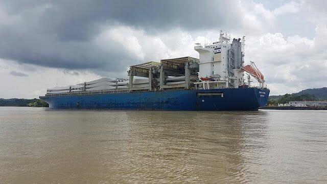 barco cruzando canal de Panamá