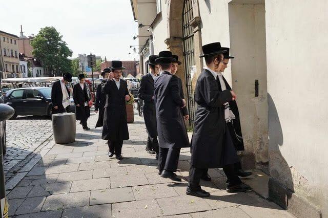 judíos entrando a La sinagoga y el cementerio Remuh