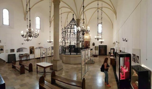 La sinagoga vieja de Cracovia boveda crucería