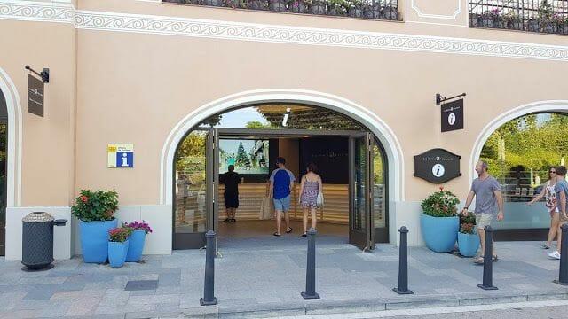 punto información la Roca Village Barcelona outlet