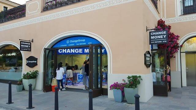 cambio de divisas la Roca Village Barcelona outlet