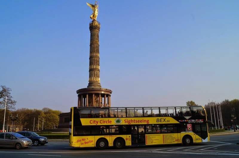 la columna de la Victoria y bus turístico Berlín