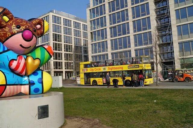 parada bus turistico berlin citysightseeing en los murales