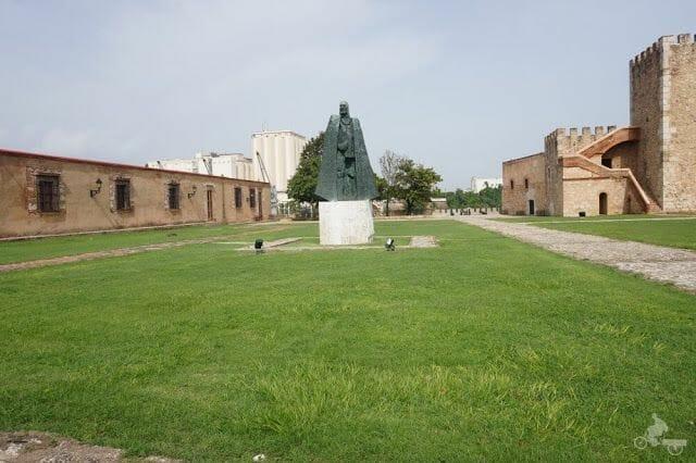 estatua de Gonzalo Fernández de Oviedo - fortaleza Ozama
