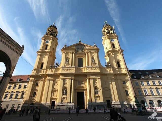 Iglesia de los Teatinos fachada amarilla munich
