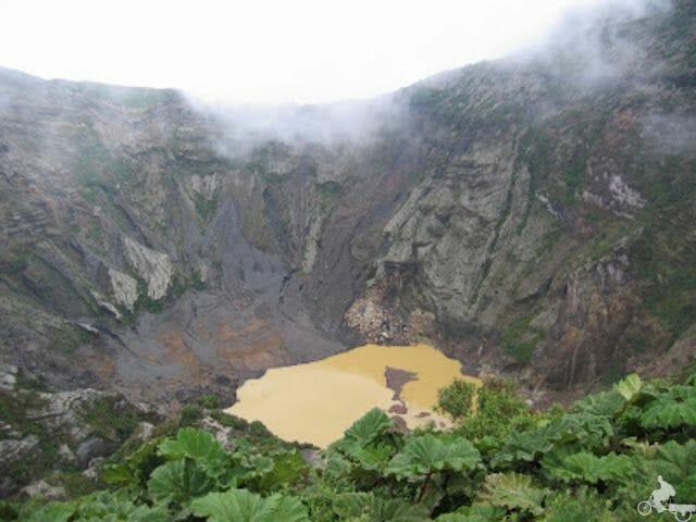 crater principal volcan irazu con laguna
